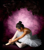 Ballerina tying ribbons pointe — Stock Photo