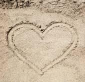 Corazón dibujado en la arena. — Foto de Stock