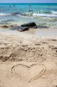 Heart drawn in the sand. — Stockfoto