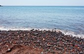 Red pebbles of the typical red beach of Santorini — Stockfoto
