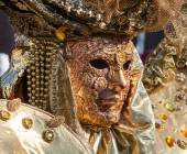 Golden mask with decorations and carvings, Venezia. — Stock Photo