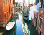 Venetian canal with boats and clothes hanging out to dry — Foto de Stock