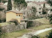 Typical Tuscan house near the river. — Foto de Stock