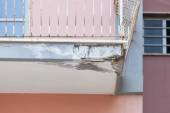 Balconies with cracked concrete requiring renovation — Stock Photo