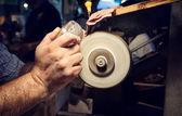 Мастер во время шлифования пепельниц кристалл — Стоковое фото