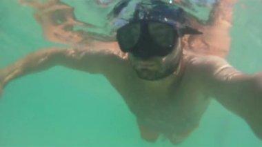 Genç adam dalış — Stok video