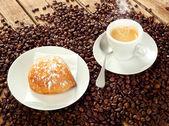 Neapolitan Sfogliatella frolla with espresso — Stock Photo