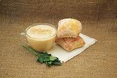 Köpük, bütün tahıl ekmeği ve maydanoz ile pişmiş süt fermente. — Stok fotoğraf