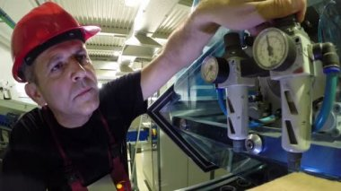 Engineer Adjusts the Pressure Regulator on the Machine — Stock Video