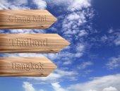Segno di freccia di legno che indica la destinazione Bangkok, Chiang Mai, thailandese — Foto Stock