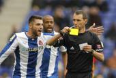 Spanish Referee Clos Gomez delivers yellow card — Stock Photo