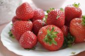 Fresh strawberries on the plate — Stock Photo
