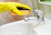 Washstand faucet cleaning — Stock Photo