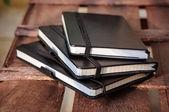 Kahverengi ahşap masa üzerinde not defterleri — Stok fotoğraf