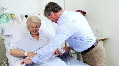 Older Patient Enjoying Hospital Visit Male Relative — Stockvideo