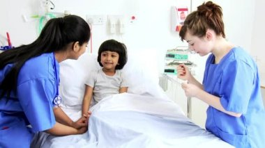 Girl receiving hospital care from nurses — Wideo stockowe