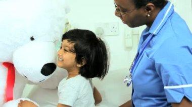 Nurse talking to child patient — Stock Video