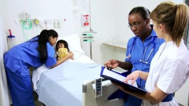Girl receiving hospital care from nurses — Stock Video