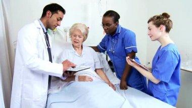 Doctor Nurse Bedside Mature Female Patient Wireless Tablet — Stock Video