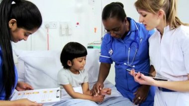 Asian Indian Child Receiving Specialist Paediatric Care — Vidéo