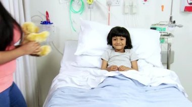 Ethnic Child Patient Mom Visiting Bringing Gift — Stock Video