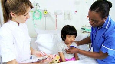 Personal de enfermería pediátrica grabación cuidado paciente infantil — Vídeo de Stock