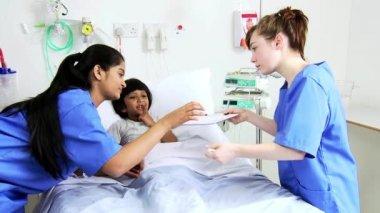 病院でのケア看護師から受け取る女の子 — ストックビデオ
