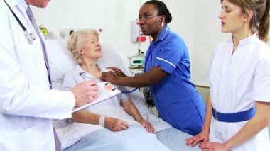 Hospital Patient Receiving Care Medical Staff — Stock Video