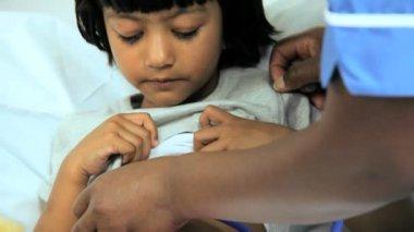 看護師による治療を受けている小児患者 — ストックビデオ