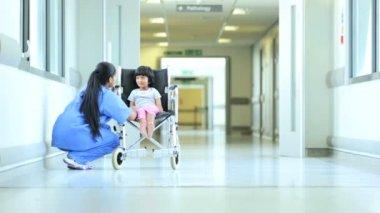 Enfermera indio asiático hablando poco ruedas de hospital étnicos chica — Vídeo de Stock