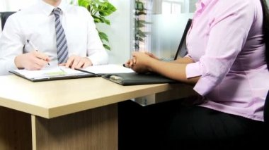 Woman discussing with recruitment manager — Stock Video