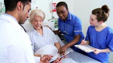 Caring Nurse Reassuring Older Patient Hospital Bed — Stock Video