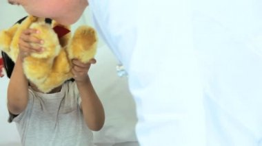 Child patient playing with teddy bear in hospital — Stock Video
