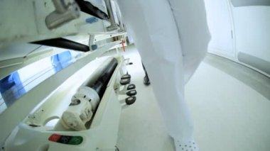 Nohy pouze personál, přesun pacientů nemocniční lůžko Zpomalený pohyb — Stock video