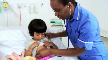 Spécialiste du traitement patient enfant de personnel infirmier — Vidéo