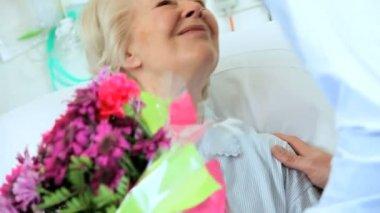 Son visiting elderly mother in hospital — Stock Video