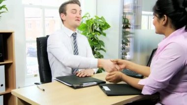 Financial managers shaking hands — Stock Video