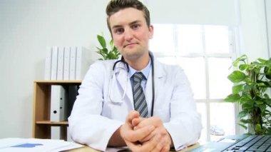 Doktor modern video iletişimi kullanma — Stok video