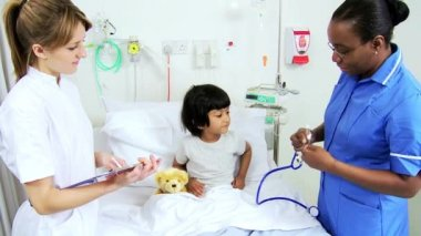 Asian Indian Child Receiving Specialist Paediatric Care — 图库视频影像