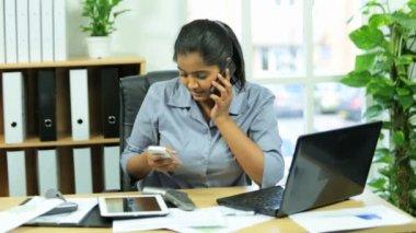 Female business advisor working under pressure — Vídeo de stock