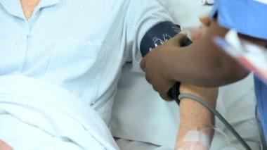 Hospital nurse taking blood pressure — Vídeo Stock