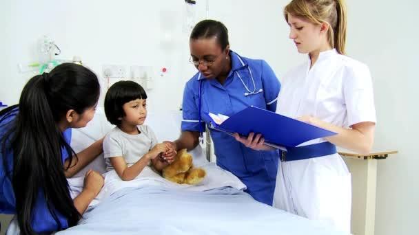 Personal de enfermería pediátrica tratamiento a paciente infantil — Vídeo de stock