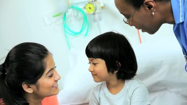Madre discutiendo con la enfermera del hospital — Vídeo de stock