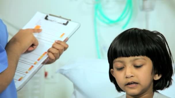Personal de enfermería con estetoscopio y tablet — Vídeo de stock