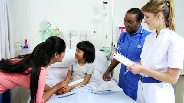 Personal de enfermería asesoramiento a paciente del hospital infantil madre — Vídeo de stock