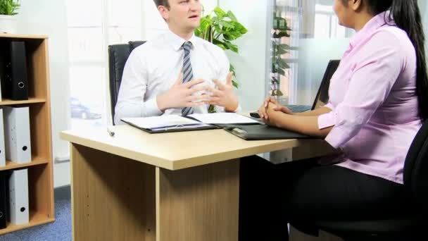 Woman discussing with recruitment manager — Vidéo