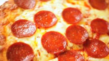 Freshly baked pepperoni pizza — Stock Video