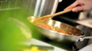 Vegetables being stir fried in oil — Stock Video
