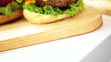 Crunchy Fresh Salad Vegetables Making Classic Cheeseburger — Stock Video