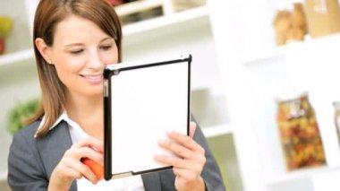 Zakenvrouw in keuken met behulp van draadloze Tablet Pc — Stockvideo